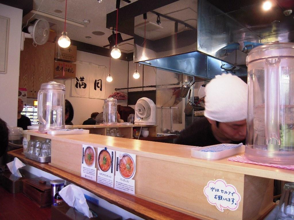 満月ワンタン麺